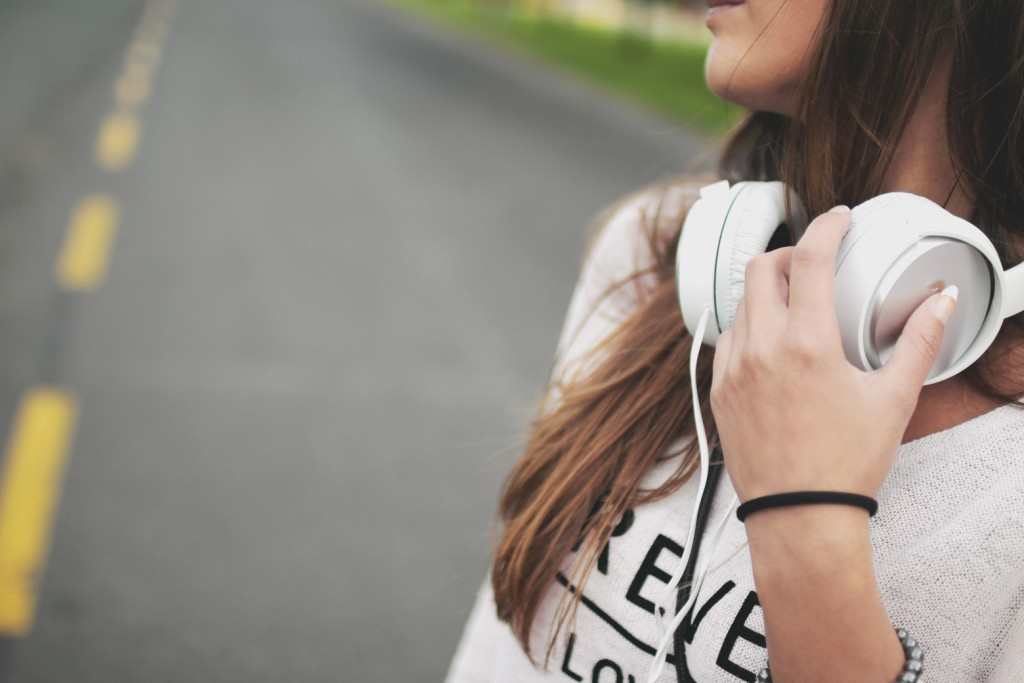 headphones-music-girl319-1560x1040